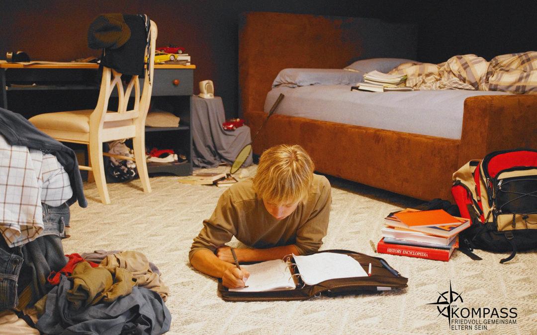 Warum Erziehung nicht funktioniert. Ein männlich gelesenes Kind liegt auf dem Fußboden und liest.